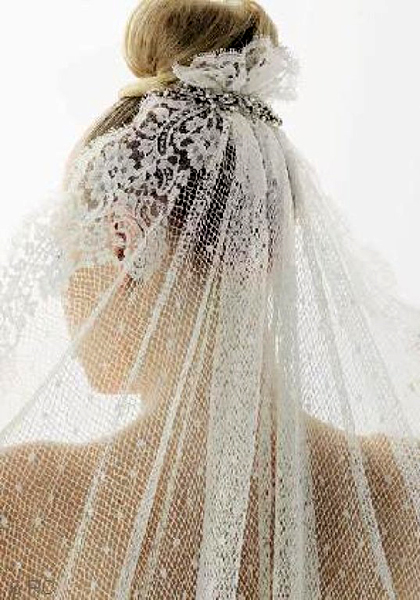 There may be few veils that are as beautiful as Spanish mantilla bridal veils